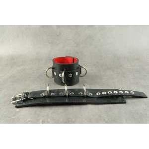 Наручники с красным подкладом, ремешком с пряжкой и с тремя сварными D-кольцами