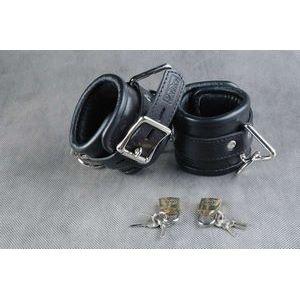 Чёрные подвёрнутые наручники из кожи