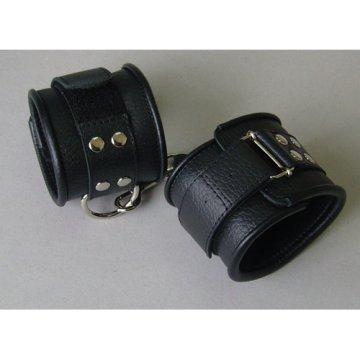 Чёрные кожаные наручники с ремешком с двумя карабинами