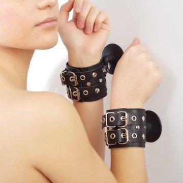 Чёрные наручники с ремешками на присосках