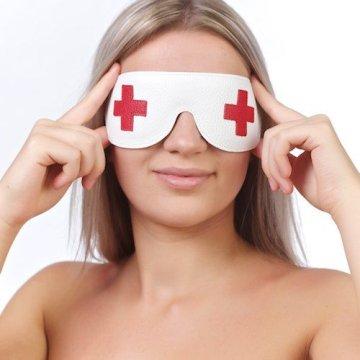 Закрытая белая маска с красными крестами