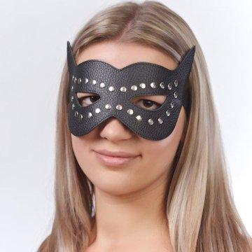 Чёрная кожаная маска с клёпками и прорезями для глаз